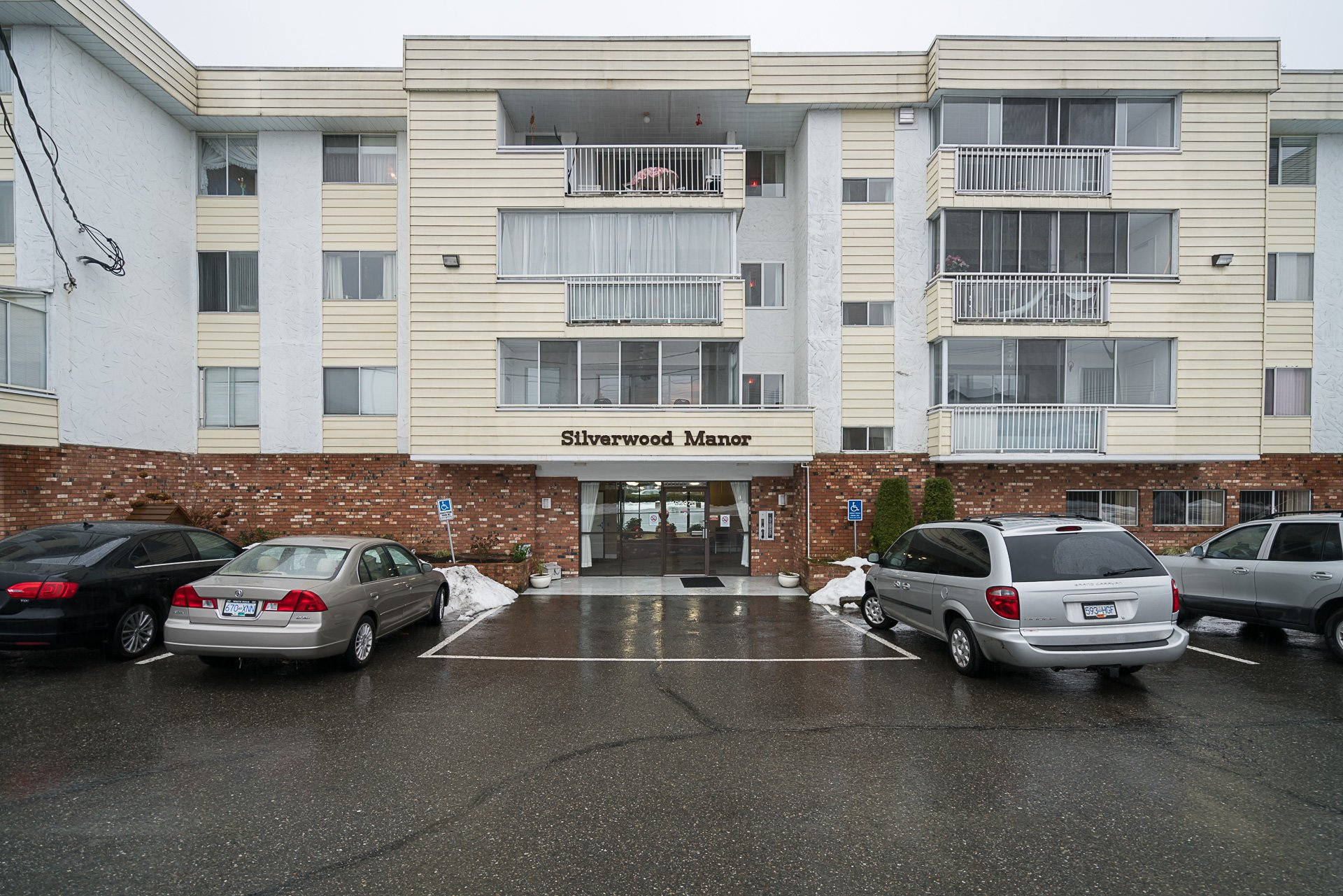 Top Floor two bedroom condo in the heart of Abbotsford